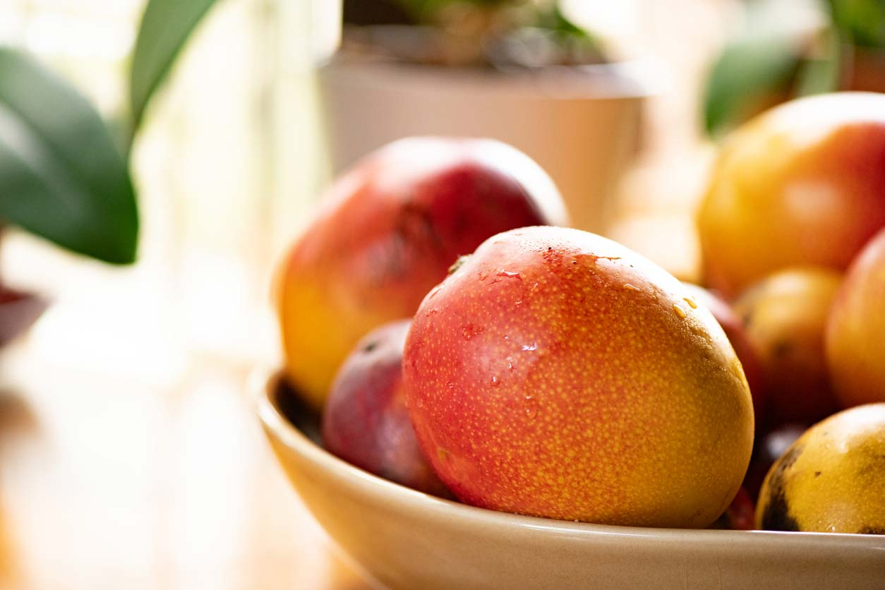 ripe mangoes in a bowl