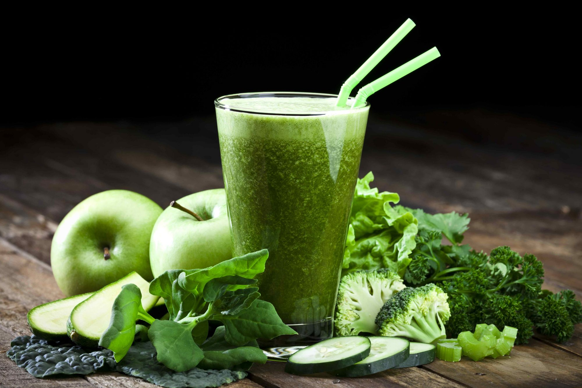 Green smoothie with ingredients