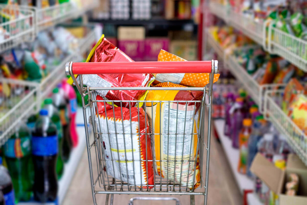 snack packs in shopping cart at store